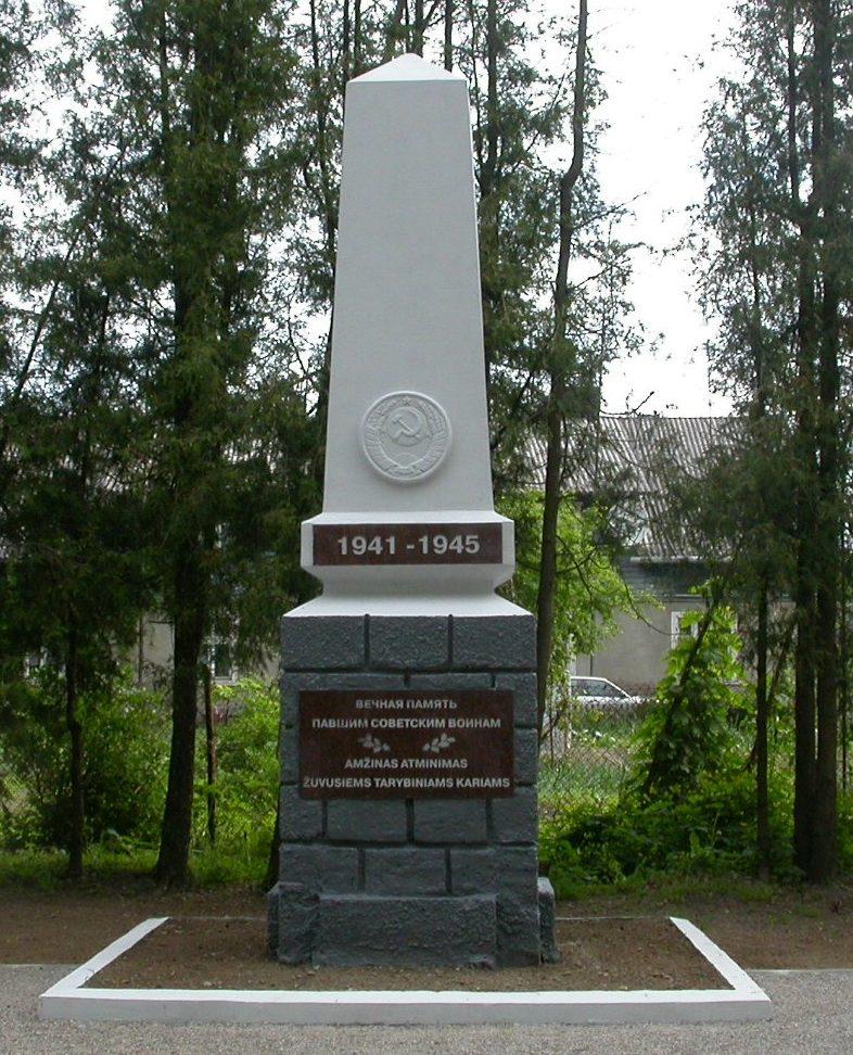 п. Вешвиле, Юрбаркского р-на. Памятник в парке Вешвиле, у дороги Каунас–Клайпеда, установленный на братской могиле, в которой захоронено 50 воинов 44-го стрелкового корпуса, погибших в октябре 1944 года. Среди них - 21 неизвестный.
