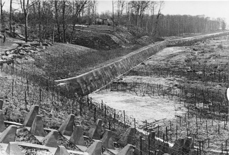 Участок Западного вала, оснащённый рядами колючей проволоки, противотанковым эскарпом и противотанковыми надолбами. Апрель, 1940 г.