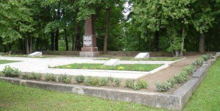 г. Акнисте. Обелиск на братском кладбище по улице Сколас, где похоронены 33 местных жителя, погибших в годы войны.