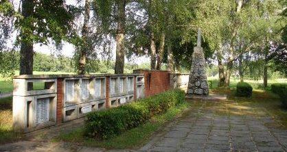 п. Саркани, край Мадонас. Памятник на воинских братских могилах на территории кладбища Сарканю, где похоронены 509 советских воинов, в т.ч. 2 неизвестных, погибших в Великую Отечественную войну.