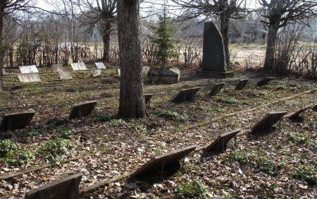 х. Ванаги, край Сэяс. Памятник на кладбище, где похоронено 262 воина, погибших в годы войны.