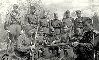 Снайпер М. Ивасик проводит занятия. Калининский фронт, 1943 г.