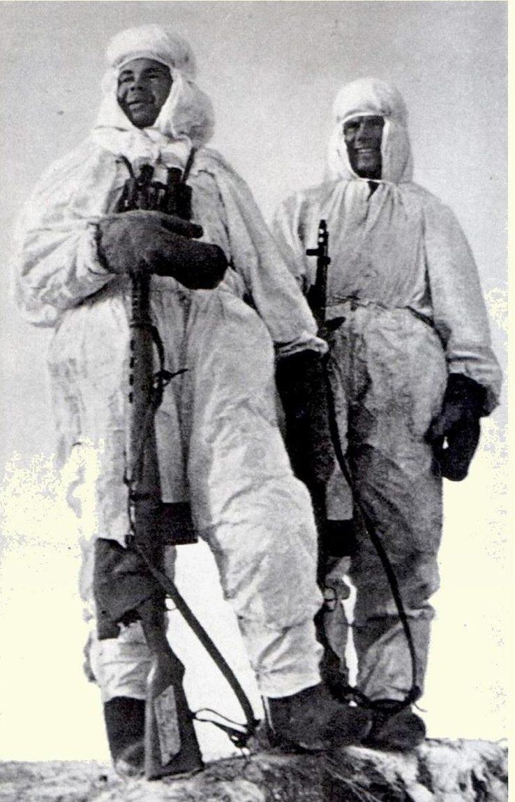 Снайперы Н. Ильин (слева) и его напарник Я. Лапа. Сталинградский фронт. 1942 г.