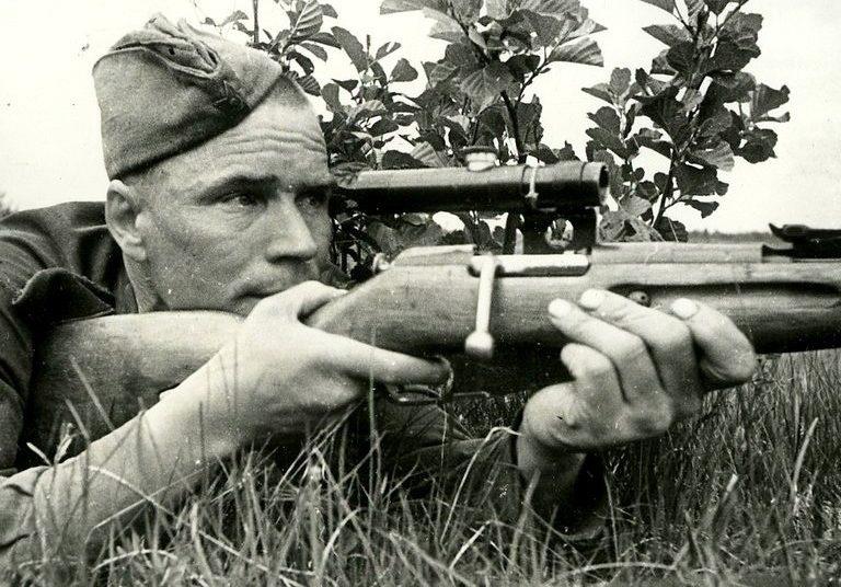 Снайпер Гавриил Хандогин на боевой позиции.
