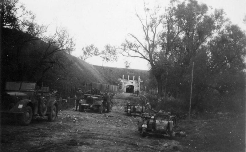 Мотоциклисты у Брестской крепости. Польша. 1939 г.