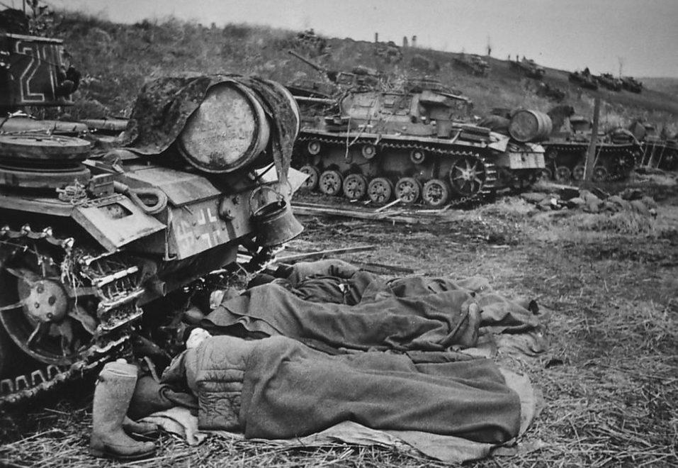 Танкисты спят у своих танков.