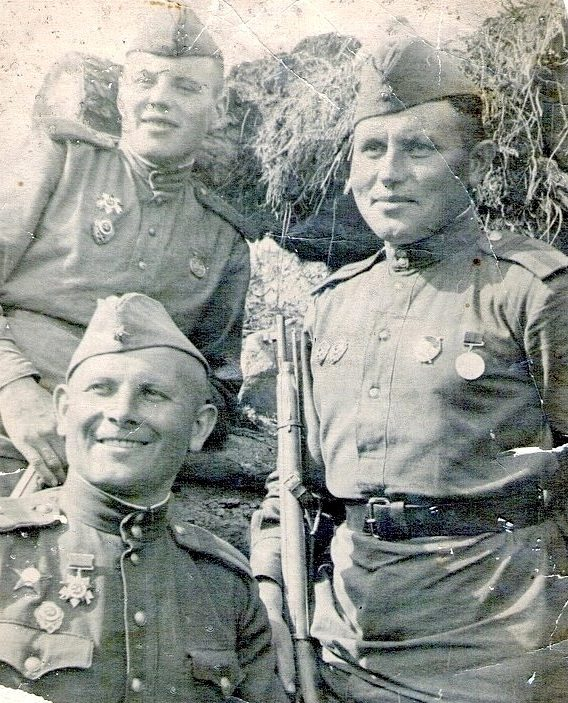 Снайперы В.И. Данилов, А.И. Шмонин и Н.В. Горбатенко уничтожили более 600 врагов.1944 г.