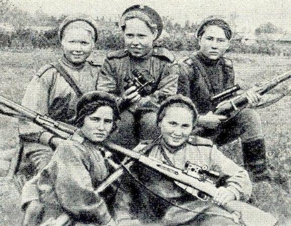 Анна Носова (верхний ряд в центре) на занятиях. Май 1942 г.