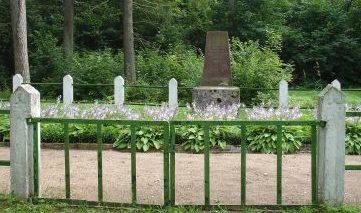 г. Акнисте. Памятник на братской могиле по улице Тыргус, где похоронено 178 жертв нацистского террора.