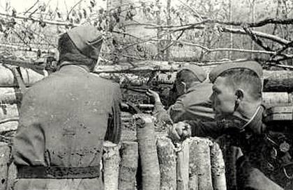 Снайпер М. Ивасик со своими учениками Безиковым и Александровым. 1944 г.