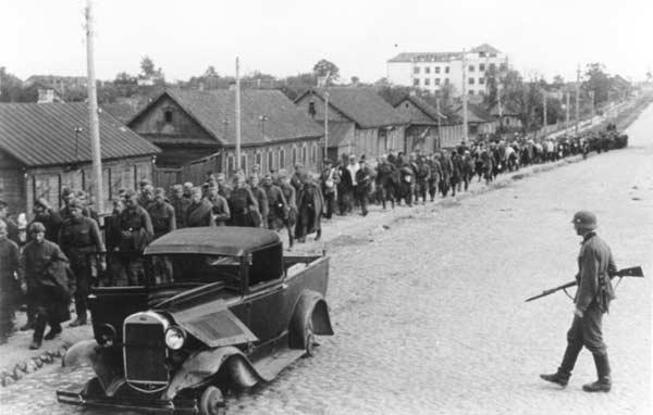 Колонна пленных на ул. Московской. Июль, 1941 г.