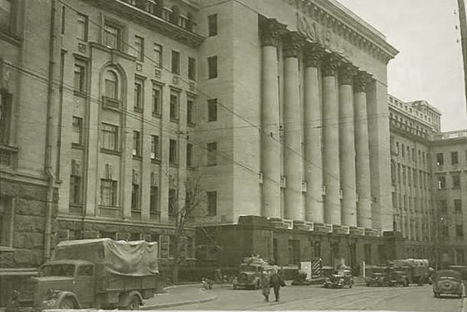 Здание штаба Киевского военного округа занято немцами. Улица Банковая. 1941 г.