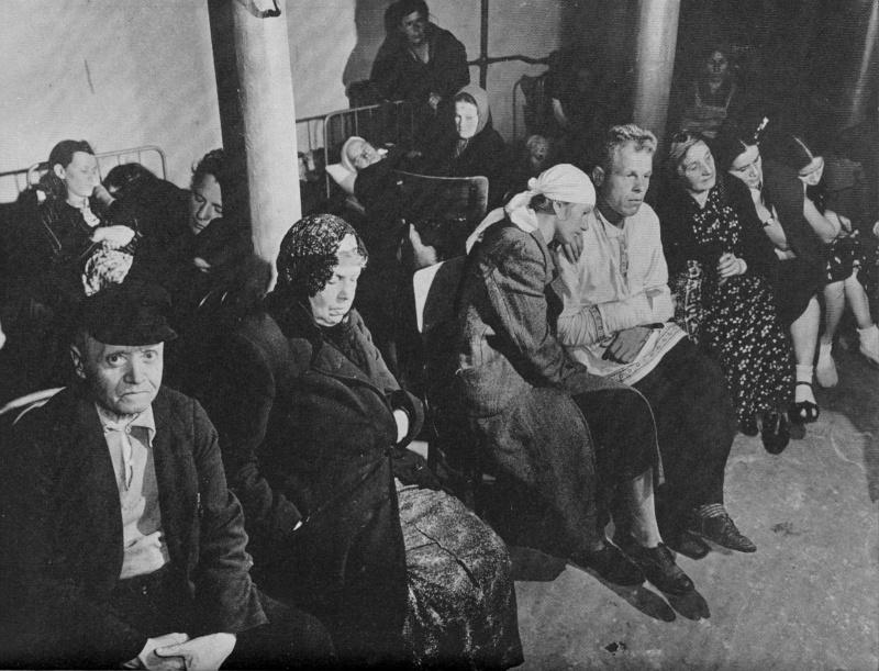 Жители Москвы в бомбоубежище в подвале дома в Краснопресненском районе. Осень, 1941 г.