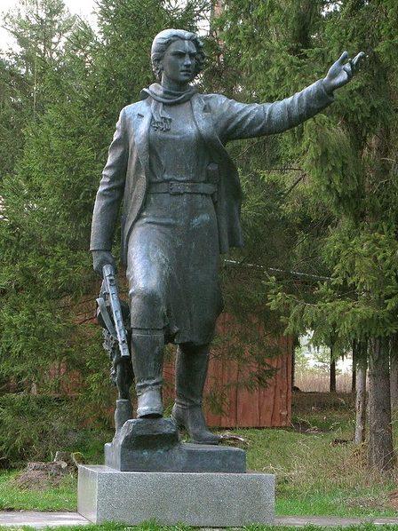 Памятник Марите Мельникайте в Груто парке, созданный в 1955 году и ранее находившийся в городе Зарасай. Мария (Марите) Мельникайте - участница партизанского движения в Литве в Великую Отечественную войну, Герой Советского Союза, погибла в 1943 году.