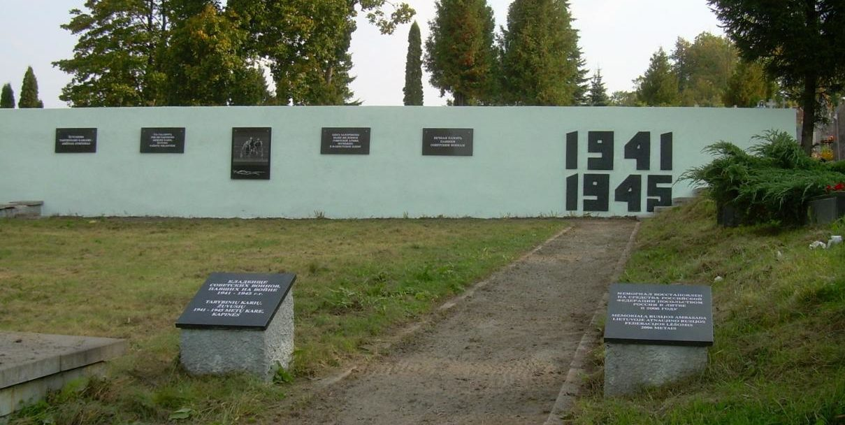 г. Неменчине Вильнюсского р-на. Мемориал на воинском кладбище, где в братской могиле похоронено более 300 советских воинов, погибших в фашистском плену.