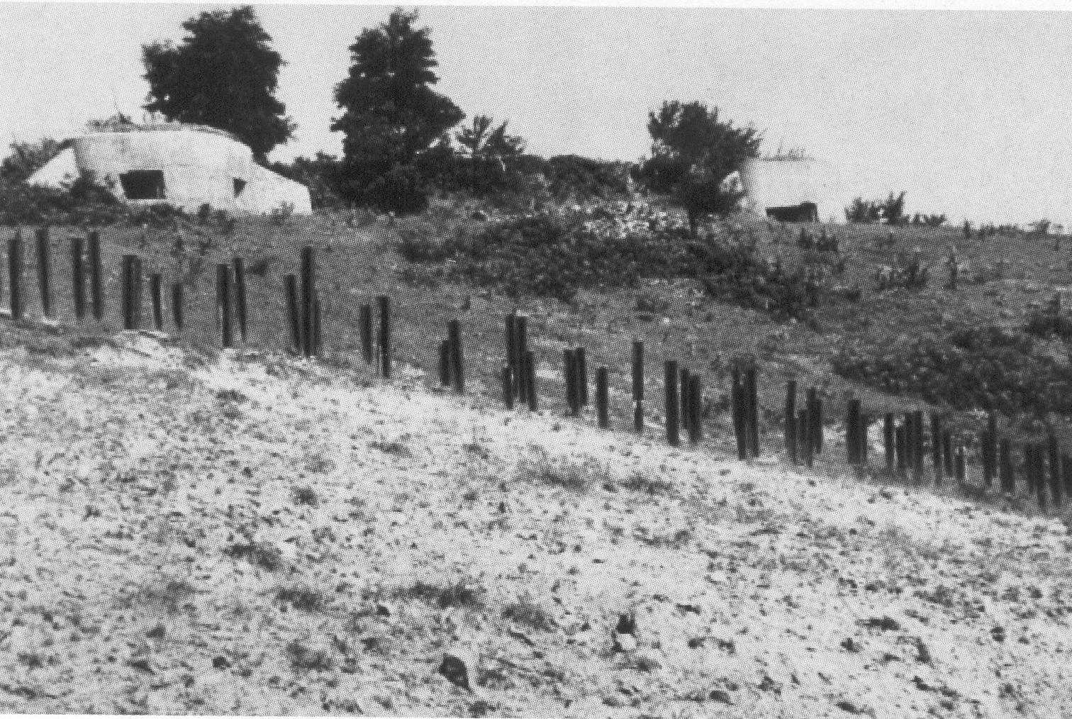 Противотанковые заграждения у форта.