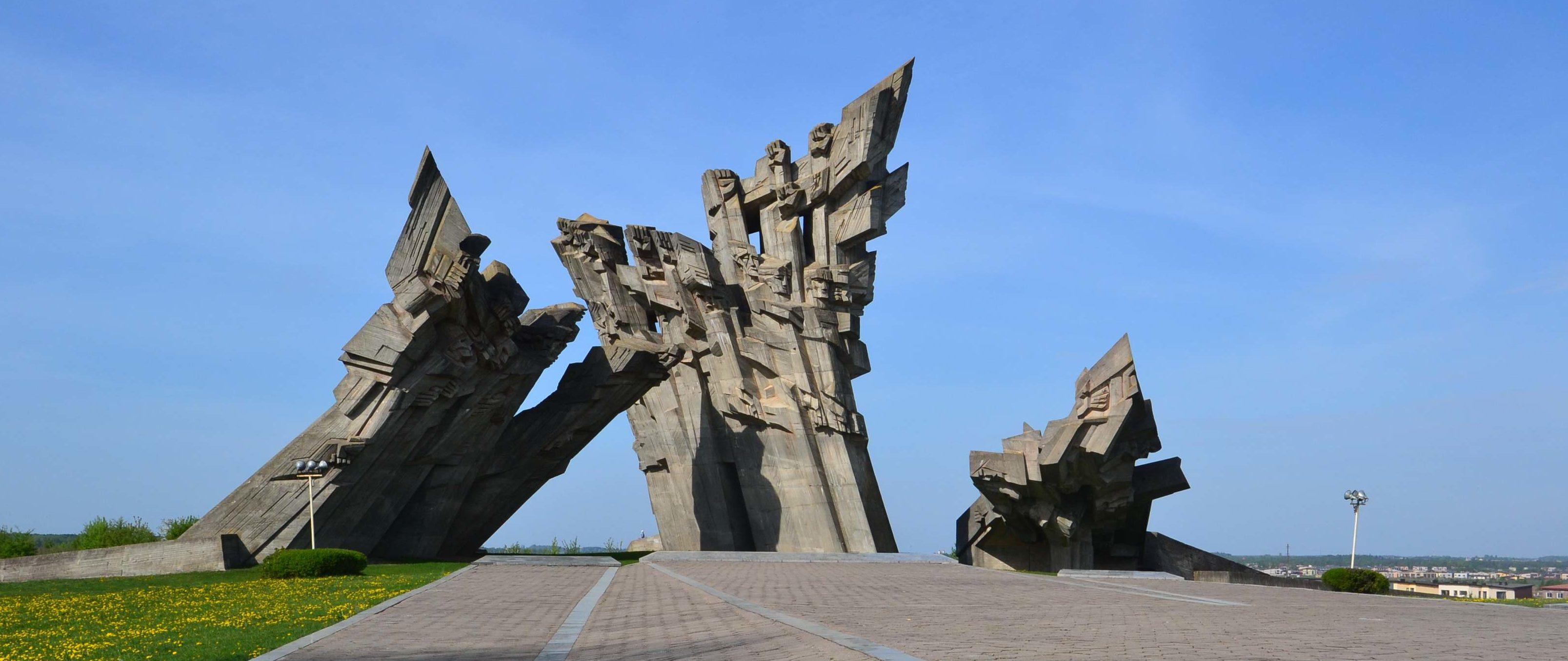 Памятник погибшим на территории IX форта.