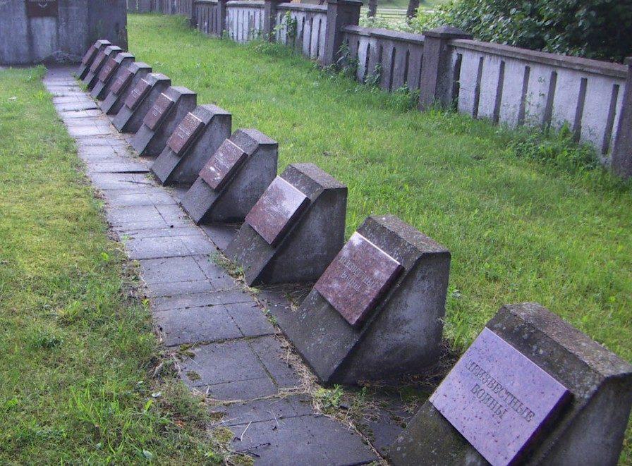 Фрагменты кладбища.