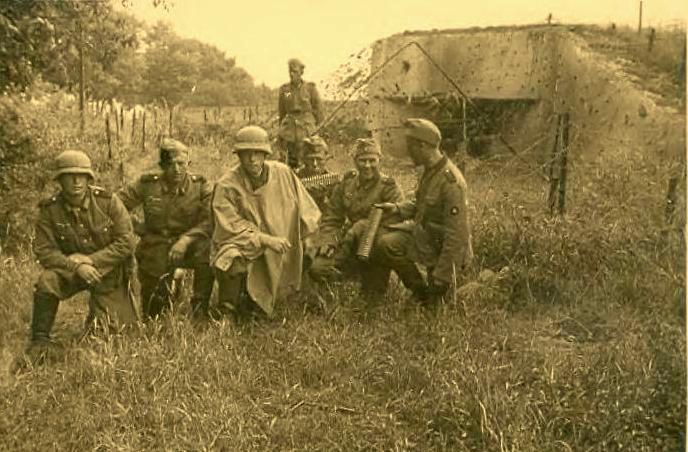 Немцы у захваченного ДОТа.