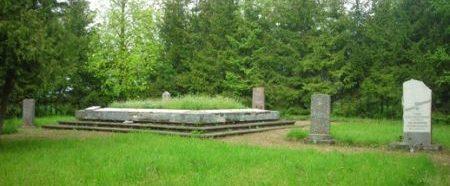 х. Граверы, волость Букайшу, край Терветес. Воинское кладбище, где похоронены 537 советских воинов, погибших в годы войны. На кладбище установлен памятник и 17 памятных плит из белого камня, а также 5 обелисков.