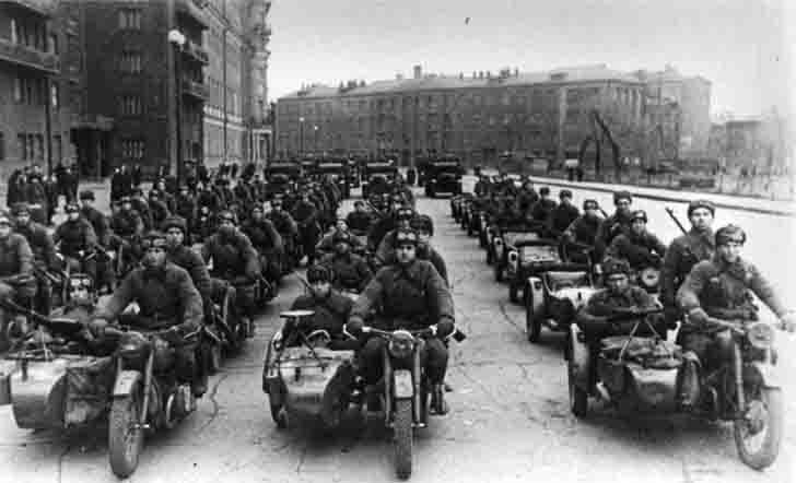 Мотоциклы М-72 на параде в Москве. 1941 г.