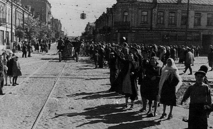 Киевляне встречают немцев. Сентябрь, 1941 г.