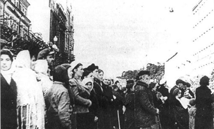 Киевляне на Крещатике слушают немецкую радиопередачу. Осень 1941 г.