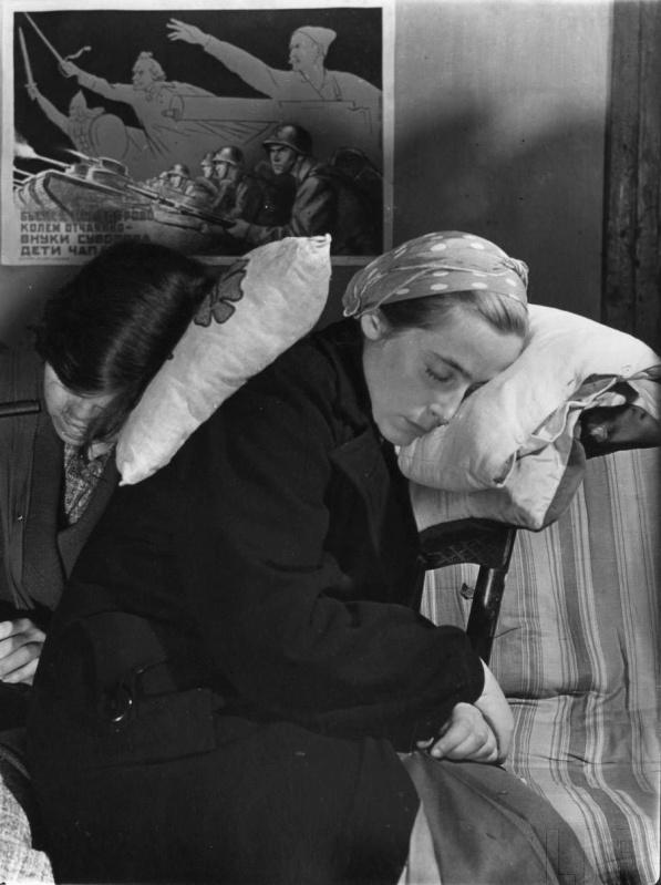Жительницы Москвы спят в бомбоубежище в подвале жилого дома. Осень, 1941 г.