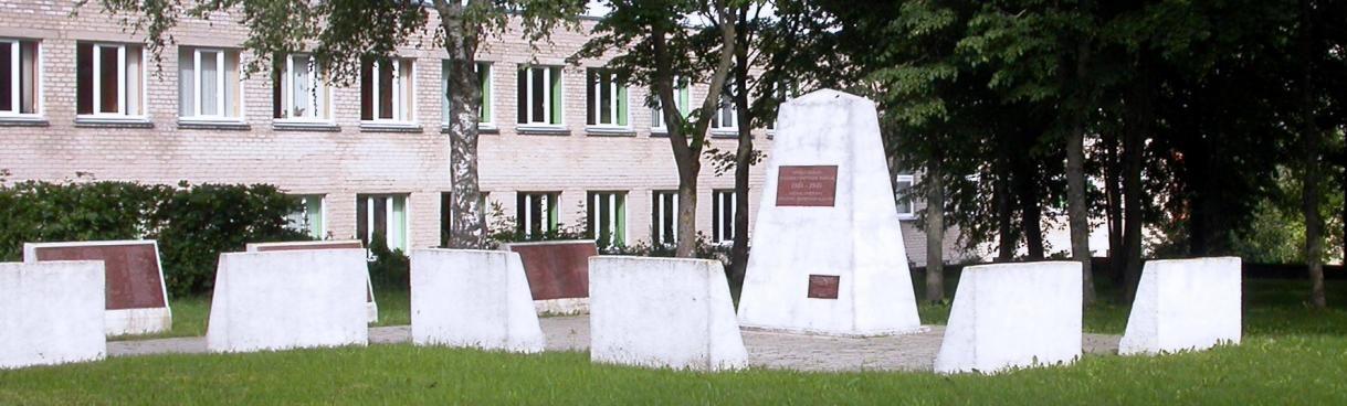 п. Кретингале Клайпедского р-на. Мемориал на 15-м километре дороги Крятинга–Клайпеда, установлен на братской могиле, в которой похоронены 964 воина, погибших в 1941–1945 годах. Здесь же похоронен Герой Советского Союза лейтенант А. Бащенко.
