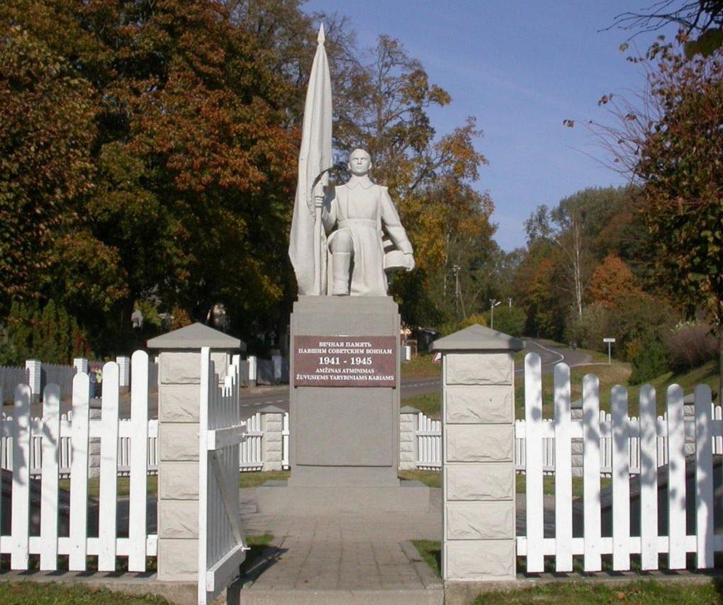 п. Середжюс Юрбаркского р-на. Памятник на кладбище по улице Нерингос, установлен на братской могиле, в которой похоронено 309 воинов 262-й стрелковой дивизии, погибших в октябре 1944 года. Среди них – 197 неизвестных.