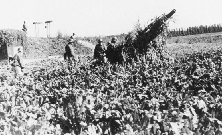 Замаскированная гаубица возле бункера. Сентябрь, 1939 г.