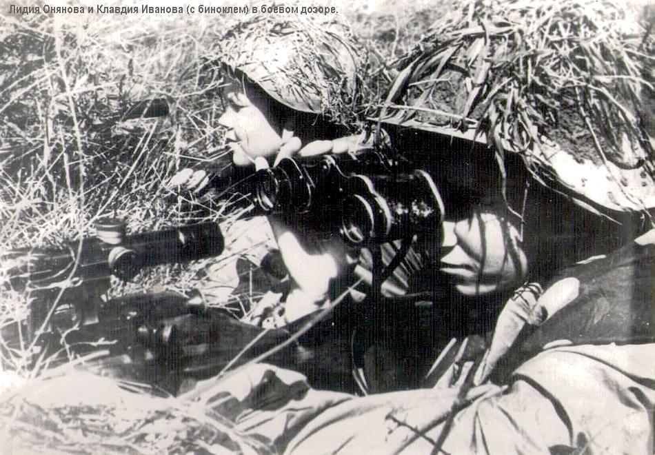 Снайперы Лидия Онянова и Клавдия Иванова (справа) в боевом дозоре.