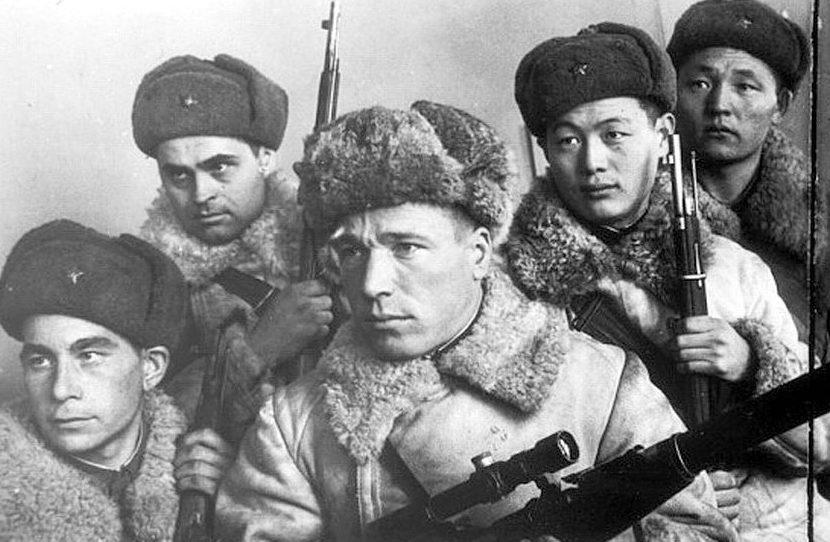 Снайпер Василий Ратаев среди боевых товарищей (в центре). Ленинградский фронт. Декабрь 1942.