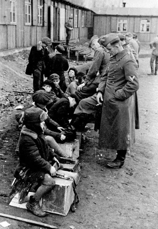 Дети чистят обувь солдатам.