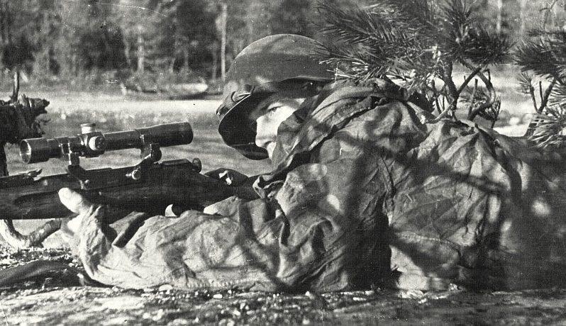 Снайпер Г.Исаков на огневой позиции.