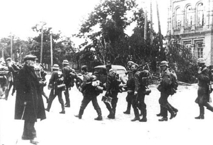 Старик наблюдает за идущими немцами. 19 сентября 1941 г.