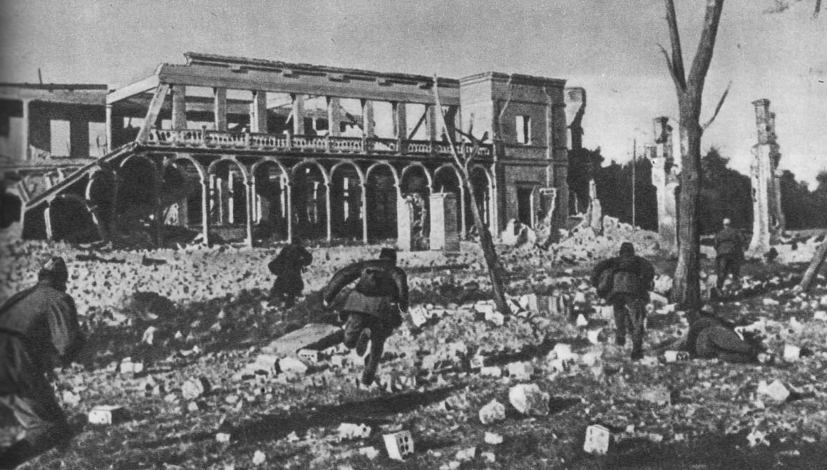 Советские солдаты ведут уличный бой. Ноябрь 1943 г.