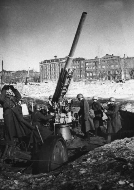 Расчет 76,2-мм зенитной пушки 3-К у Краснопресненской заставы. Зима, 1941 г.