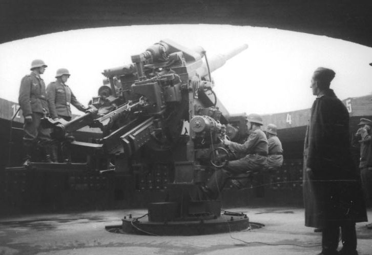 128-им орудие на позиции в башне 2-го поколения.