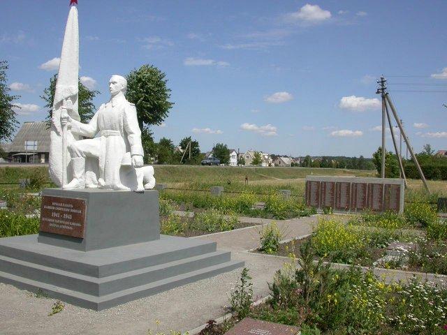 п. Рудамина Вильнюсского р-на. Памятник на воинском кладбище, открытый в 1947 году. В 28 братских могилах захоронено 232 бойца советской армии, погибших в июле 1944 года.