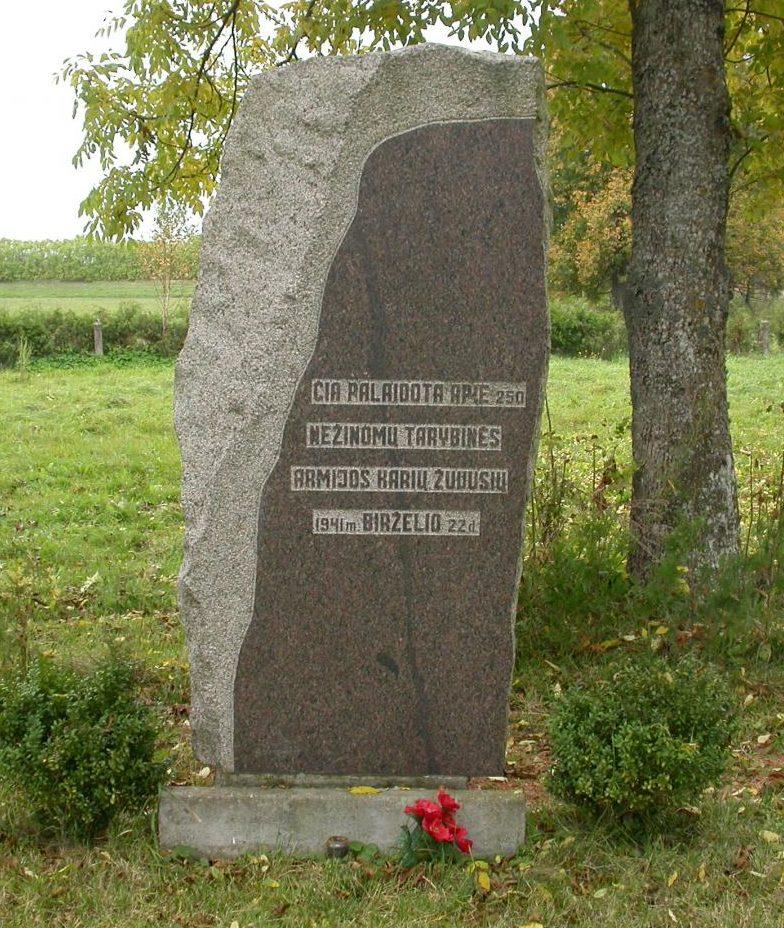 п. Жвиргждайчяй Шакяйского р-на. Памятный камень по улице Тайкоспос на месте захоронения 100 советских воинов строительного батальона, погибших 22 июня 1941 года.