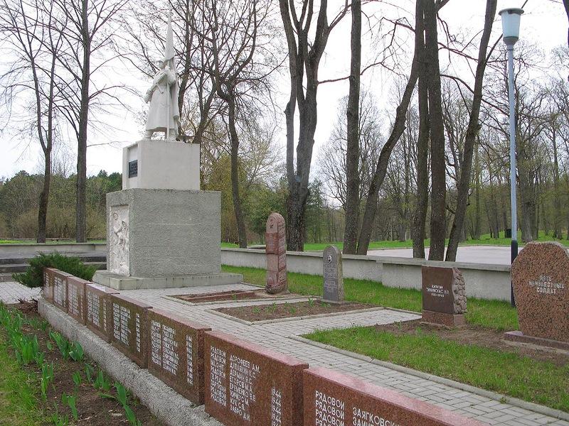 Общий вид мемориала на воинском кладбище.