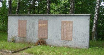 Мемориальная стена на воинском кладбище.