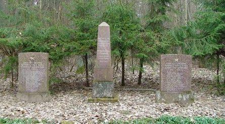 п. Ирлава, край Тукума. Обелиск установлен на воинском кладбище, где похоронено 250 советских воинов, в т.ч. 17 неизвестных, погибших в годы войны. Справа и слева от обелиска установлены памятные плиты.
