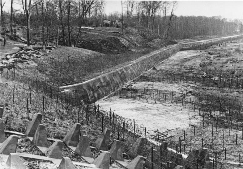 Участок Западного вала, оснащённый рядами колючей проволоки, противотанковым эскарпом и противотанковыми надолбами.