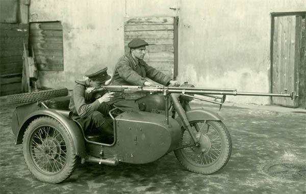 Мотоцикл М-72 с противотанковым ружьем. 1941 г.