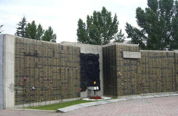 Фрагменты пантеона с именами погибших.