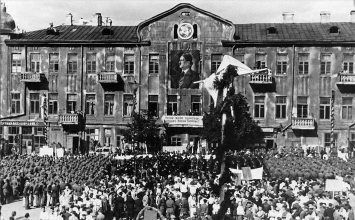 Первомайский митинг. Гостиный двор. Май, 1942 г.