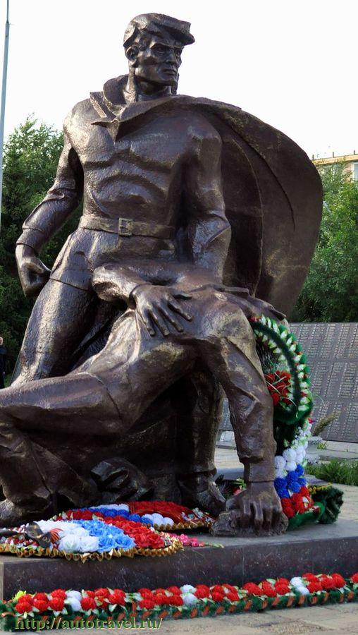Скульптурная группа «Солдат, поддерживающий раненого воина».