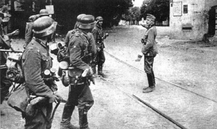 Разведывательное подразделение Вермахта у здания Арсенала. 19 сентября 1941 г.